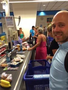 Koeken kopen voor bij de koffie bij de Albert Heijn, samen met Robert